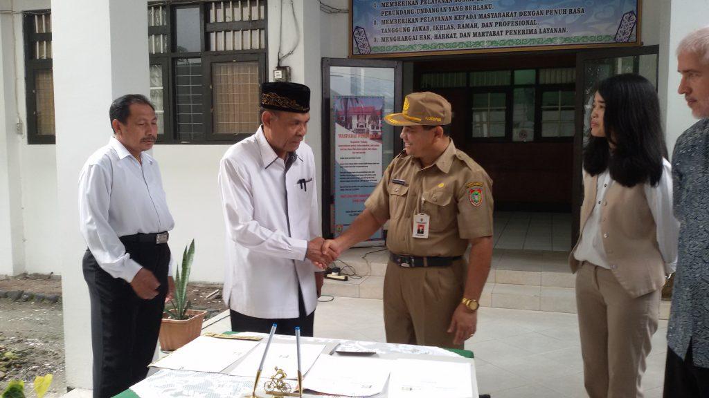 Dekan Fakultas Ushuluddin, Adab dan Dakwah berjabat tangan dengan Kepala Dinas Sosial Prov. Kalimantan Tengah setelah proses penandatangan Memorandum of Understanding (MoU)