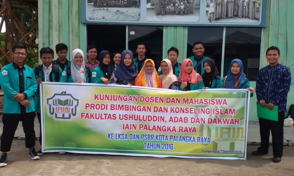Rombongan Dosen dan Mahasiswa BKI FUAD IAIN Palangka Raya foto bersama Pengurus LKSA Ayah-Bunda