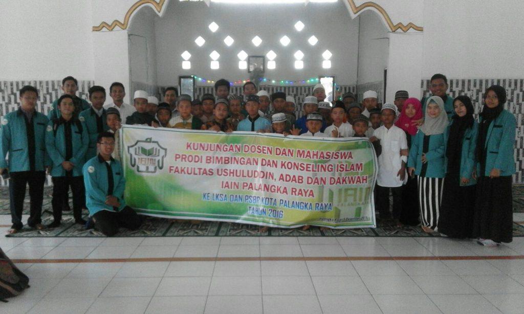 Sesi foto bersama antara Rombongan dengan Pengurus dan santri Pondok Al-Amin Kota Palangka Raya