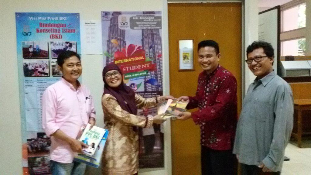 Dekan Fakultas Dakwah dan Komunikasi UIN Sunan Kalijaga Yogyakarta, Dr. Nurjannah, M.Si., menyerahkan kenang-kenangan kepada Dosen BKI FUAD IAIN Palangka Raya, Ihsan Mz, M.Psi. Turut serta Kaprodi UIN Sunan Kalijaga, A. Said Hasan Basri, S.Psi., M.Si. dan Direktur Lab. BKI, Muhsin Kalida, S.Ag., M.A.